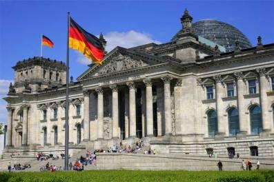 6. Jerman - Jerman didaulat sebagai negara dengan sektor manufaktur paling canggih di dunia. Negeri di jantung Eropa ini berhasil menarik investor yang mencari iklim bisnis yang aman, berjangka panjang dan berkelanjutan. Ketika perekonomian lain di Eropa menyusut, Jerman justru tengah menikmati angka pertumbuhan yang signifikan.