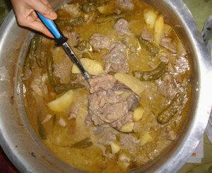 Kurma Aceh (Korma Kambing) Bahan-bahan Bahan: 1kg daging kambing bertulang, potong-potong 5 sdm minyak, untuk menumis 4 butir bawang merah, iris tipis 2 siung bawang putih, iris tipis 500 gr jeroan kambing yang sudah bersih, potong-potong 2 batang serai, memarkan 15 helai daun temurul/salam koja*) 1 ½ ltr santan dari 1 ½ butir kelapa Bumbu Halus: 15 buah (200 gram) cabai merah kering atau 20 buah cabai merah segar 1 sdt garam 7 butir bawang merah 3 siung bawang putih ½ sdm kunyit, cincang ½ sdm jahe, cincang 2 sdm ketumbar, sangria 5 butir kemiri, sangria 1 sdt jintan, sangria 1 buah pekak, sangria ½ sdt adas, sangria 2 cm kayu manis ½ sdm merica butiran 2 butir kapulaga, sangria 3 butir cengkeh, sangria 1 sdm kaskas**), sangria Cara membuat 1. Aduk rata daging kambing dan bumbu halus. Diamkan 10 menit, sisihkan. 2. Panaskan minyak, tumis bawang merah dan bawang putih hingga harum. 3. Masukkan daging kambing berbumbu, jeroan kambing, serai dan salam koja. Aduk-aduk hingga bumbu harum dan daging berwarna keputihan. 4. Tuangkan santan, masak hingga daging empuk dan kuah kental berminyak. 5. Angkat, siap disajikan. Catatan *) daun salam koja merupakan rempah daun khas Aceh, bentuk daunnya oval kecil dengan aroma khas. **) kaskas adalah poppy seed atau biji bunga candu yang berwarna putih. Dijual dalam keadaan kering di pasar tradisional bagian rempah.